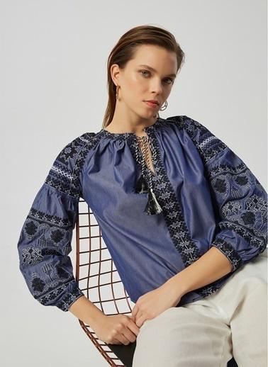 Monamoda V Yaka İşlemeli Bluz Lacivert